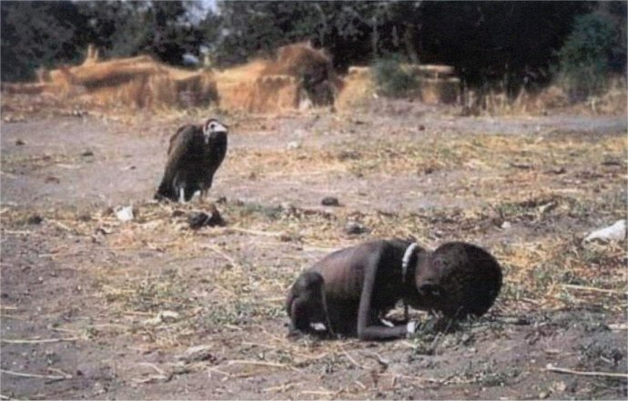 Kevin Carter – Vulture Stalking a Child 1993.jpg
